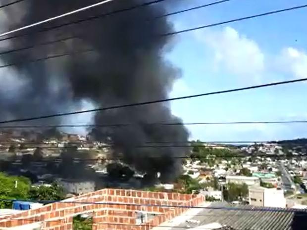 Fumaça negra foi vista à distância e registrada por moradores do Jordão, na Zona Sul do Recife, neste domingo (28) (Foto: Reprodução/WhatsApp)