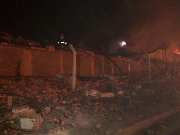 Parte de barracão de empresa em Limeira desabou com as chamas (Foto: Wesley Justino/EPTV)