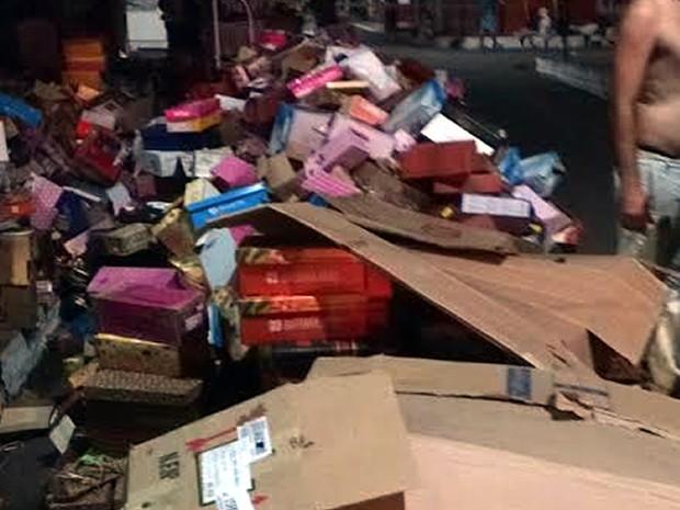 Algumas mercadorias foram retiradas de dentro das lojas (Foto: João Carlos Brasil/TV Tapajós)