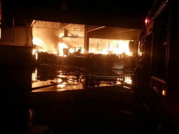 Bombeiros passaram a madrugada contendo o fogo (Foto: Corpo de Bombeiros/Divulgação)