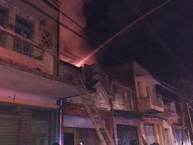 Incêndio ocorreu em loja de móveis na Boa Vista (Foto: Ascom Bombeiros PE)