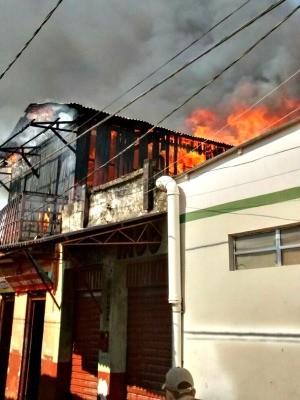 Incêndio destruiu bar na área central de Sena Madureira (Foto: Divulgação/Corpo de Bombeiros)