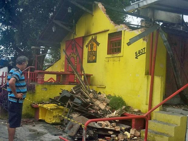 Bar O Chalé, localizado na Avenida Norte, no Recife, foi destruido pelo fogo neste domingo (11) (Foto: Danielle Fonseca/TV Globo)