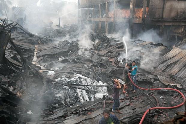 Incêndio atingiu fábrica da Tampaco Foils Limited no sábado (Foto: A.M. Ahad/AP)