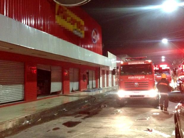 Incêndio atingiu loja no início da noite desta quinta-feira (15) (Foto: Indiara Bessa/G1 AM)