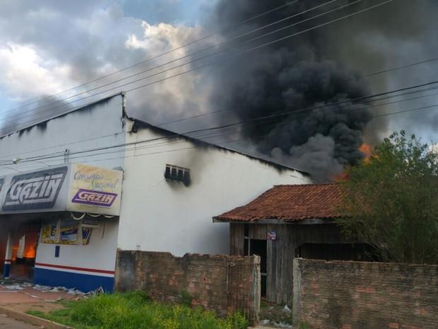 Fogo destruiu loja de eletrodoméstico na região de Candeias do Jamari (Foto: Élvio Rabelo/Arquivo pessoal)