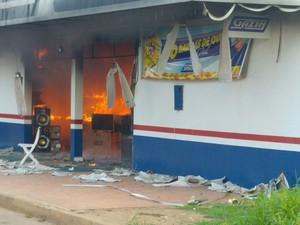 Fogo se propagou rapidamente e consumiu todo o estoque da loja (Foto: Élvio Rabelo/ Arquivo pessoal)