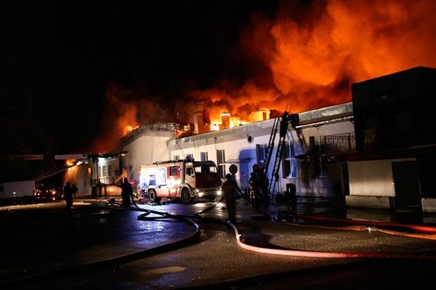 Incêndio em depósito na Rússia deixou 8 bombeiros mortos (Foto: Russian Emergency Ministry press service/AP)