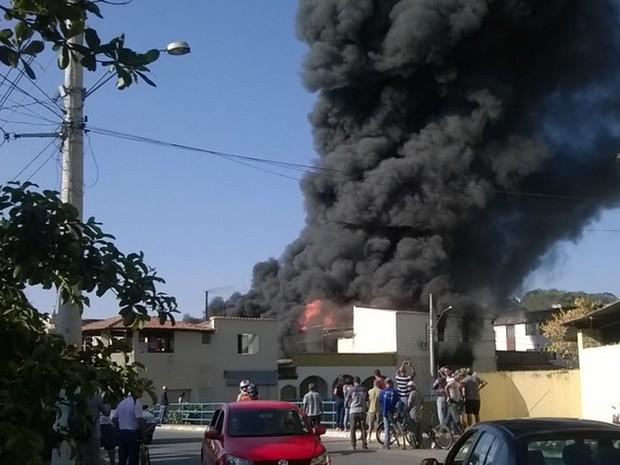 Chamas em fábrica de velas em Pedro Leopoldo (Foto: Corpo do Bombeiros/ Divulgação)