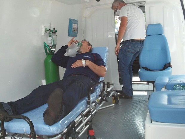Alguns trabalhadores precisaram de atendimento médico (Foto: Rogério Pinheiro/RPC)