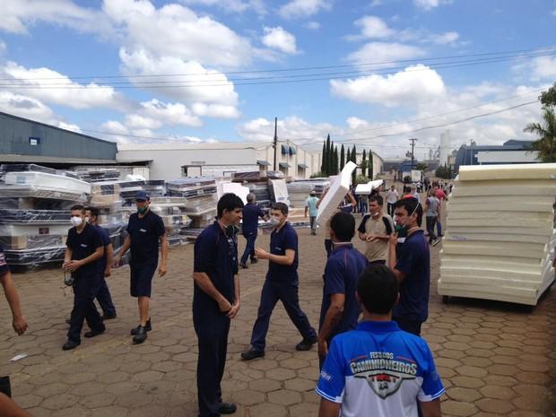 Funcionários retiraram colchões que não foram atingidos por incêndio em barracão de indústria de Douradina (Foto: Camila Simões/RPC)