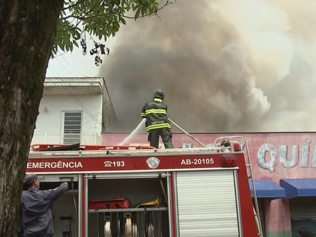 Bombeiro tenta apagar incêndio em Araçatuba (Foto: Reprodução / TV TEM)