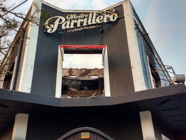 Local após o incêndio ocorrido durante a madrugada (Foto: Paulo Ledru/RBS TV)