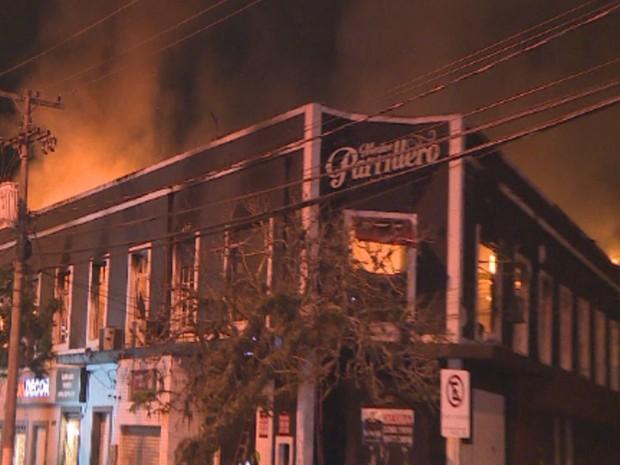 Incêndio destruiu restaurante em Porto Alegre (Foto: RBS TV/Reprodução)