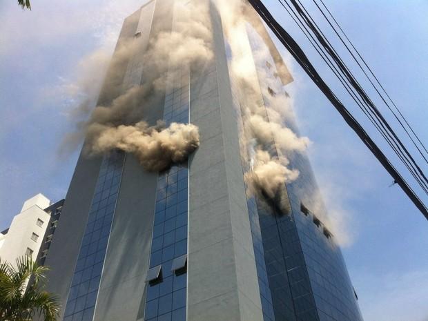 Fogo atinge prédio comercial em São José dos Campos (Foto: Arquivo pessoal)