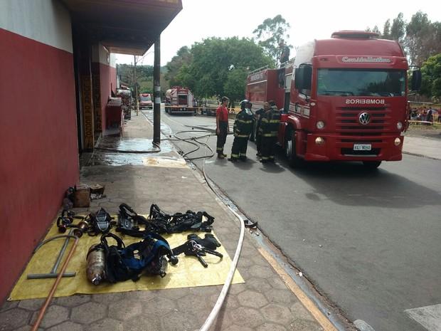 Bombeiros controlaram as chamas em supermercado (Foto: César Evaristo/TV TEM)