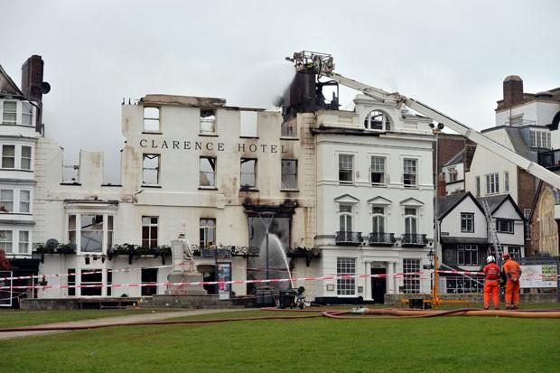 Royal Clarence Hotel, considerado o hotel mais antigo do Reino Unido, é destruído por um incêndio. (Foto: Ben Birchal/Associated Press)