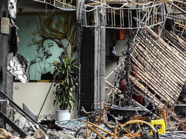 Incêndio atingiu karaokê e se espalhou por outros imóveis (Foto: STR / AFP)