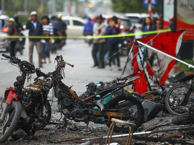 Fogo também destruiu motos e veículos (Foto: STR / AFP)