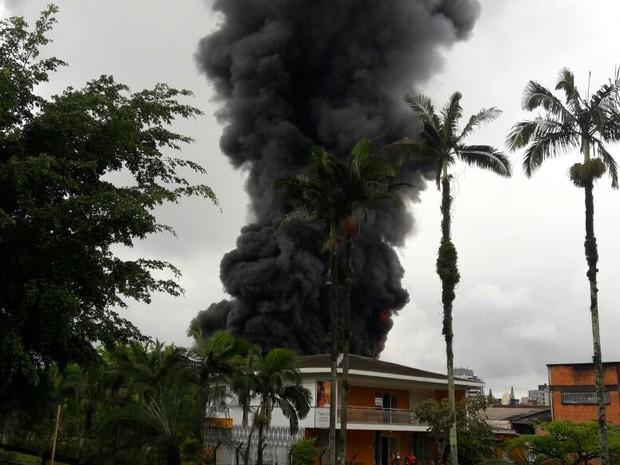 Fogo atinge galpão em Joinville na tarde desta quarta-feira (9) (Foto: Kleber Pizzamiglio/RBS TV)