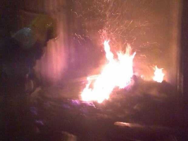 Fogo destrói boxes em centro comercial (Foto: Corpo de Bombeiros de Conselheiro Lafaiete/Divulgação)