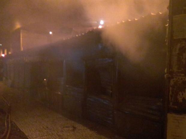 Fogo em centro comercial de Conselheiro Lafaiete. (Foto: Corpo de Bombeiros de Conselheiro Lafaiete/Divulgação)