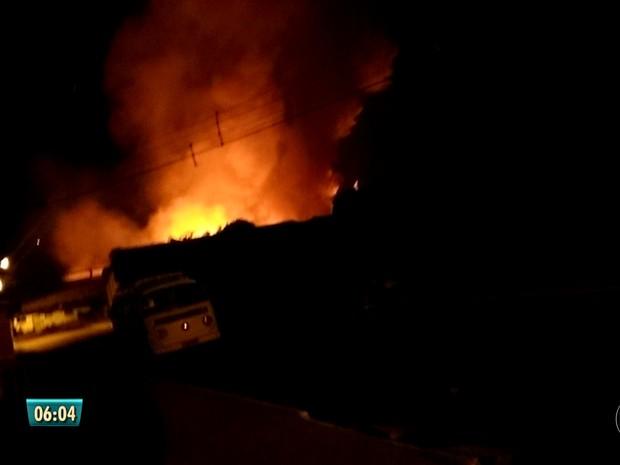 Incêndio em fábrica de espuma em Jardim Jordão (Foto: Reprodução/TV Globo)