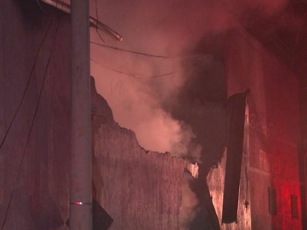 Fogo atingiu fábrica de batata palha em São Miguel Arcanjo (Foto: Reprodução/TVTEM)