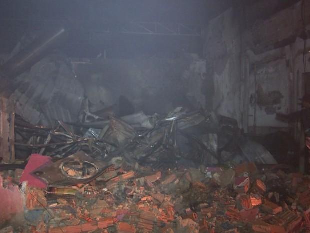 Incêndio de grandes proporções destruiu fábrica de batata palha (Foto: Reprodução/TVTEM)