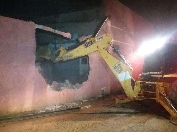 Paredes da fábrica precisaram ser derrubadas para rescaldo (Foto: Cláudio Nascimento/TV TEM)