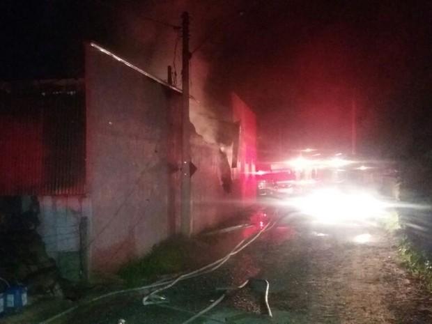 Fogo foi controlado pelos bombeiros por volta das 22h (Foto: Cláudio Nascimento/TV TEM)