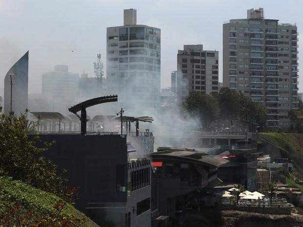 Fumaça provocada por incêndio é vista saindo de shopping em Lima, no Peru, nesta quarta-feira (16) (Foto: REUTERS/Guadalupe Pardo)