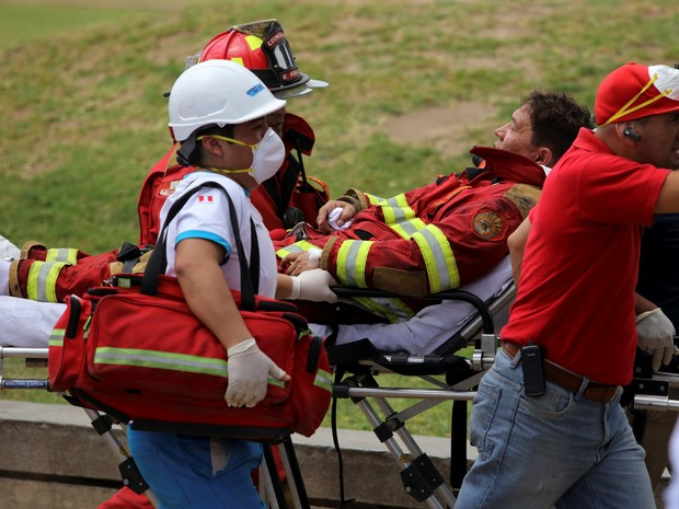 Bombeiro é transportado em maca após incêndio em centro comercial em Lima, no Peru (Foto: REUTERS/Guadalupe Pardo)