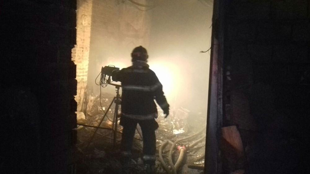 Bombeiro em imóvel que pegou fogo na Zona Leste (Foto: Divulgação/Bombeiros)