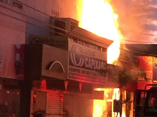 Incêndio atinge lojas de roupas no norte do Tocantins (Foto: Corpo de Bombeiros/Divulgação)