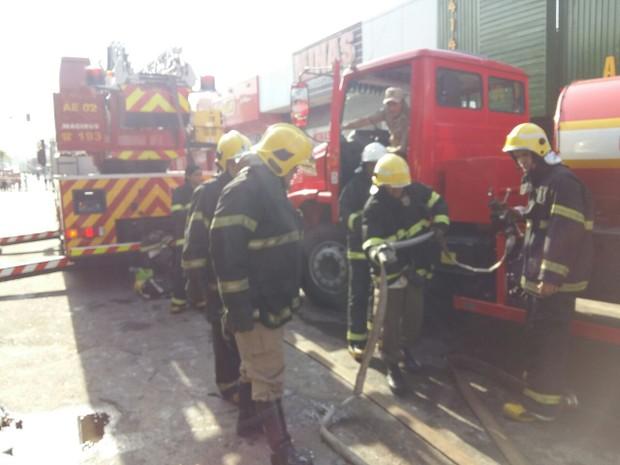 Bombeiros levaram cercar de 3h para extinguir as chamas (Foto: Lucas Ferreira/TV Anhanguera)