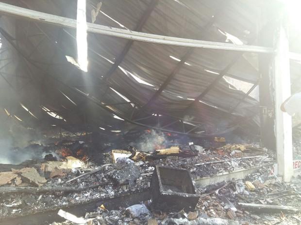 Uma das lojas ficou completamente destruída (Foto: Lucas Ferreira/TV Anhanguera)