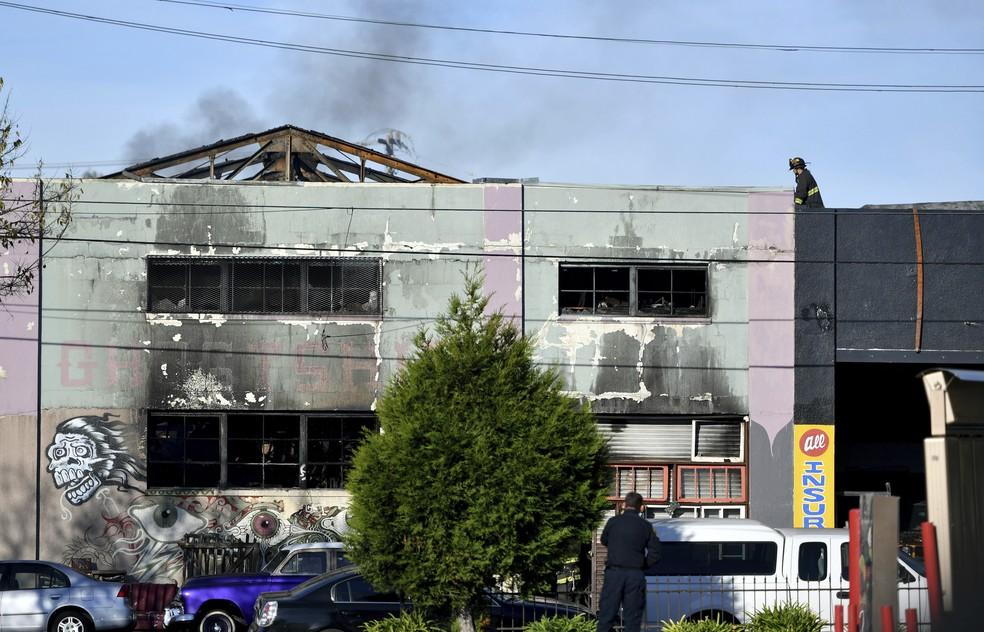 Destruição no prédio atingido pelo incêndio que matou 24 pessoas em Oakland, Califórnia (Foto: AP Foto/Josh Edelson)