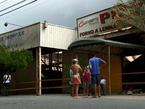 Moradores observam estragos após incêndio em Cosmópolis (Foto: Reprodução/EPTV)
