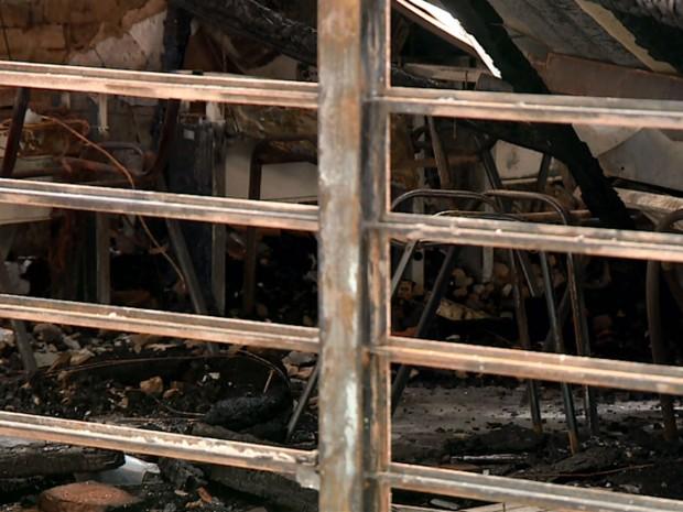 Fogo que começou em pizzaria destruiu Biblioteca Municipal de Cosmópolis (Foto: Reprodução/EPTV)