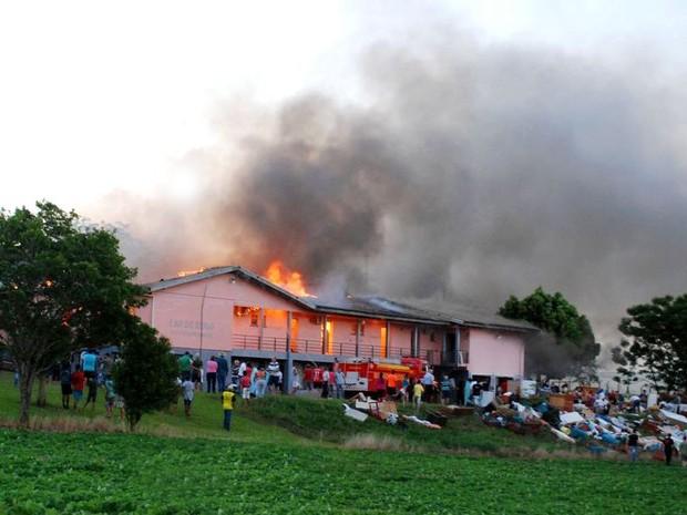 Lar de idosos foi consumido por chamas em Tapera (Foto: Anderson da Silveira/Divulgação)