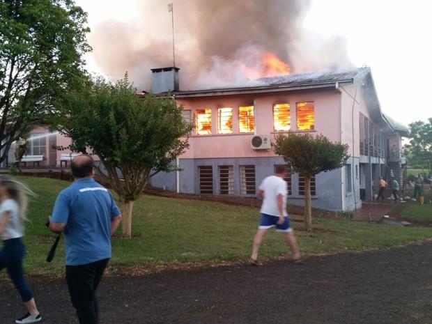 Combate as chamas mobilizou Bombeiros e comunidade de Tapera (Foto: Blog Tapera/Divulgação)