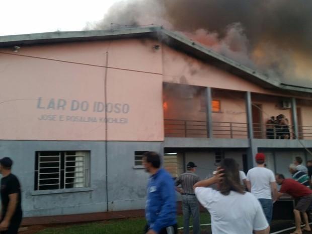 Incêndio levantou massa de fumaça em Tapera (Foto: Blog Tapera/Divulgação)