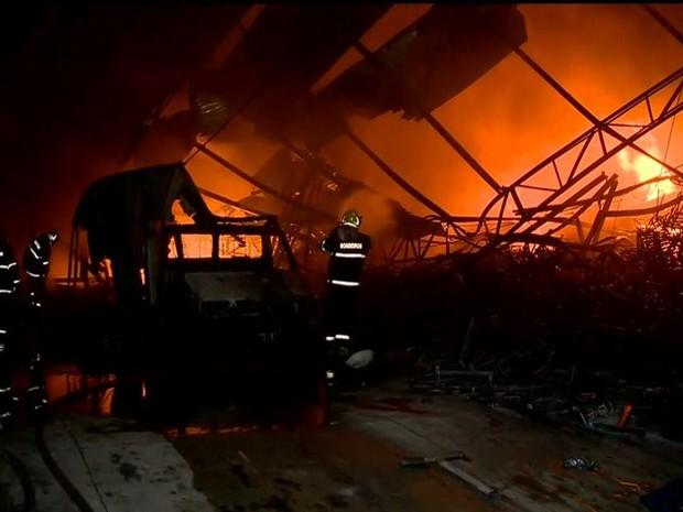 Galpão pega fogo em Colbilândia, Vila Velha (Foto: Reprodução/ TV Gazeta)