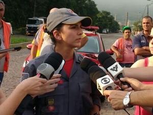 Capitã Cintia Nardy, do Corpo de Bombeiros, falou com a imprensa (Foto: Alfredo Netto/G1)