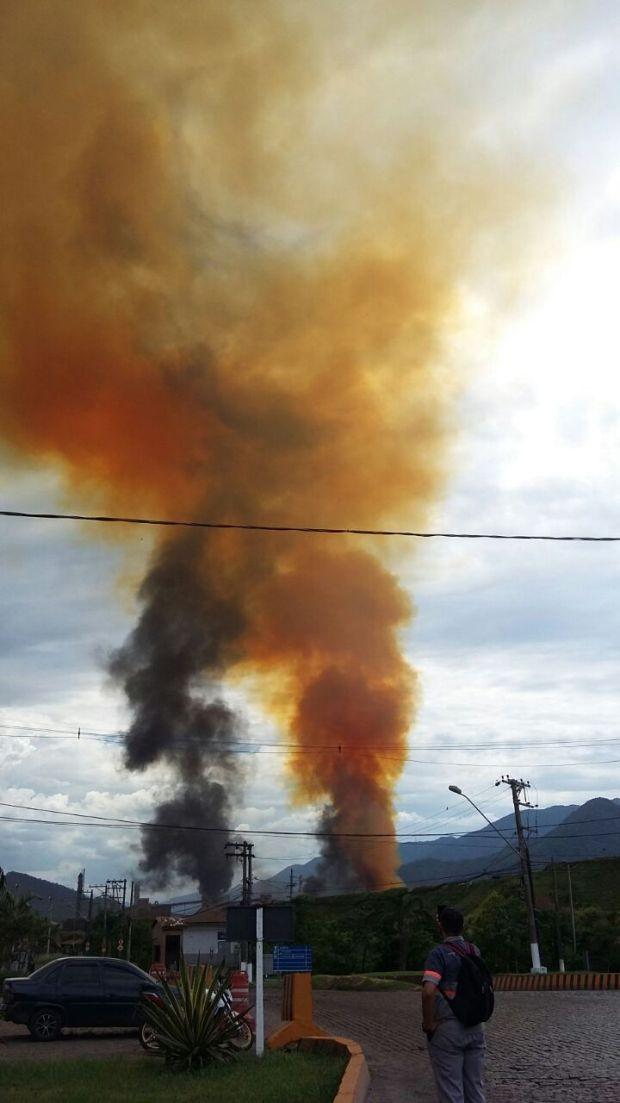 Incêndio começou por volta das 15h desta quinta-feira (Foto: G1)