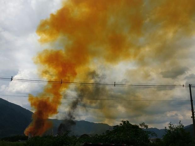 Fumaça alaranjada tomou conta do céu (Foto: Alfredo Netto/G1)