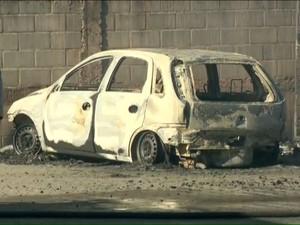 Carro foi completamente incendiado (Foto: Reprodução/ TV Gazeta)