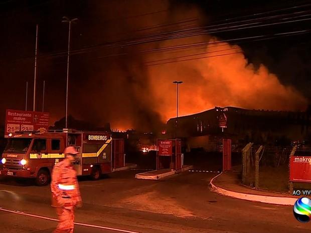 Bombeiros dizem que fogo se espalhou rapidamente (Foto: Reprodução/TV Sergipe)