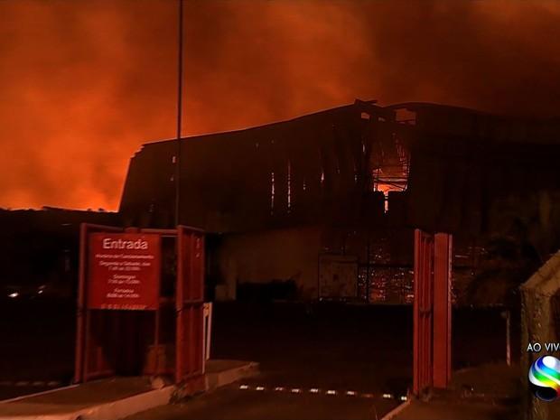Incênido em supermercado de Aracaju (Foto: Reprodução/TV Sergipe)